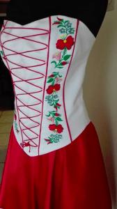 Gépi hímzéssel díszített menyecske ruha.